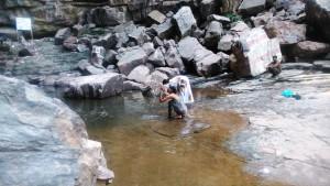 Bundi, dintorni. Bagno e preghiera alla cascata di Rameshwar.