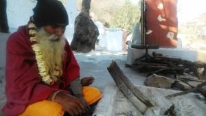 Bundi, dintorni. Sadhu cieco vicino all'ashram in cui vive, nel villaggio di Rameshwar.