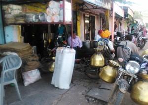 Bundi, mercato. Motociclette con contenitori per il trasporto del latte.