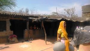 Bundi, villaggio di Akoda. Il cortile di un laboratorio di contenitori per l'acqua, in terracotta.