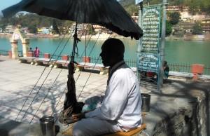Rishikesh, accanto al ponte di Ram Jhula. Cantore di mantra cieco.