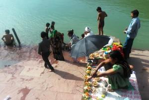 Rishikesh, aspetti di un ghat del villaggio di Swarg Ashram.