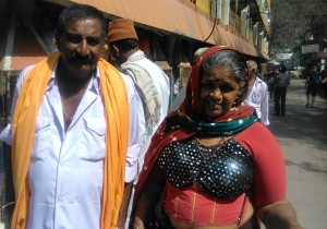 Rishikesh, coppia in pellegrinaggio al tempio di 13 piani di Lakshman Jhula.