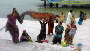 Rishikesh, gruppo di donne emancipate al ghat di Swarg Ashram.