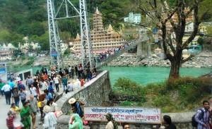 Rishikesh, il ponte di Lakshman Jhula visto da Rishkesh Town.
