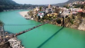 Rishikesh, il ponte sospeso di Lakshman Jhula visto dal tempio di 13 piani.