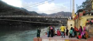 Rishikesh, turisti al ghat accanto al ponte Ram Jhula.