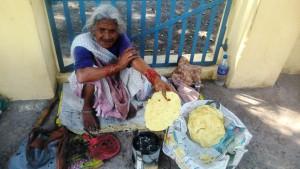 Rishikesh, villaggio di Swarg Hashram. Cottura del pane di mais.