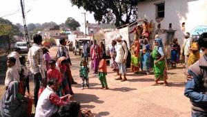 Amarkantak, 8 febbraio 2016. Arrivo all'ashram di furgoni carichi di seguaci del guru.