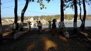 Amarkantak, 8 febbraio 2016. Incontro di pellegrini lungo la strada che fiancheggia il Narmada.