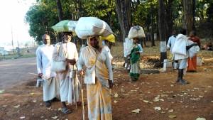 Amarkantak, 8 febbraio 2016. Pellegrini lungo la riva del Narmada.