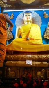 Bihar, Bodhgaya, 26 febbraio 2016. Mhabodhi Temple, VI secolo. La statua dorata del Buddha seduto, alta 2 m.