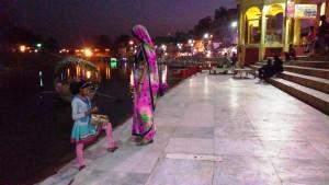 Chitrakoot, 12 febbraio 2016, sera. Bambina che vende la composizione da offrire al fiume.