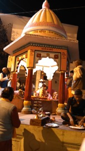 Chitrakoot, 12 febbraio 2016. Cerimonia in un tempietto sul Raghavghat.