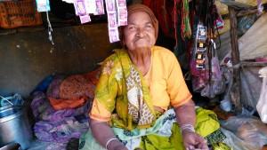 Chitrakoot, 12 febbraio 2016. La madre della ristoratrice nel suo negozietto.