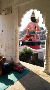 Chitrakoot, 12 febbraio 2016. La scultura del Bade Hanuman Naya Gaon vista dal Rama Temple.