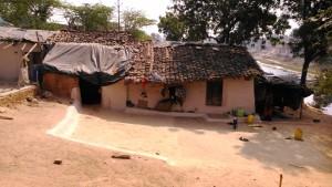 Chitrakoot, 14 febbraio 2016. Casa tipica lungo il fiume.