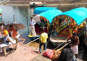 Chitrakoot, sabato 13 febbraio 2016, mattina. Barcaioli e guru in attesa di clienti al Raghavghat.
