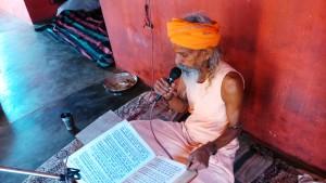 Chitrakoot. Un guru musicista che suona e canta in un tempio del Ramaghat.