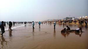 Copia di Orissa, Puri. Tarda mattinata alla Golden Beach. In primo piano una sabbiatura.
