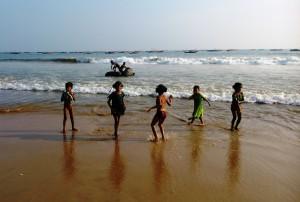 Copia di Puri, 7 gennaio 2016. Giochi di bambini alla Fisher Beach.Sullo sfondo la barca costruita con i rifiuti di plastica.