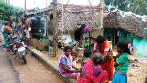 Copia di Tamil Nadu, Tanjore, Main road. Case dal tetto di paglia e loro abitanti.