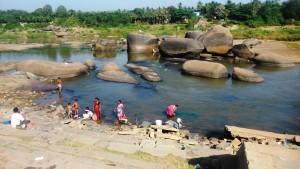 Hampi, aspetti di quotinianità lungo il fiume Thungabadra.