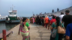 Kanyakumari. Imbarco di pellegrini indiani per l'isola del Viveknanda Memorial, distante 400 metri.