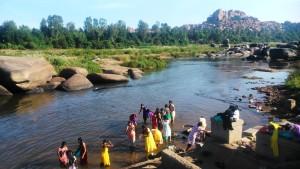 Karnataka, Hampi. Bagno di ragazze al ghat.