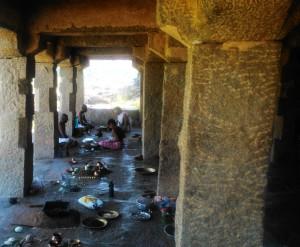 Karnataka, Hampi. Celebrazione puja in una loggia lungo il Thungabadra River.