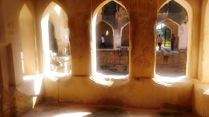 Karnataka, Hampi. Queen's bath, profondo 8 metri, con un sistema di entrata ed uscita dell'acqua. Architettura mista tra gli stili Hindu e Musulmano