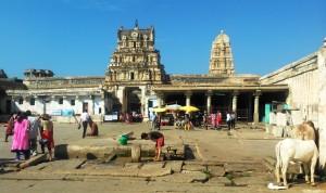 Karnataka centrale, Hampi. Cortile interno del Virupaksha Temple, XV secolo.