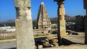 Karnataka centrale, Hampi. Panorama dal Hemakuta group of temples. Sullo sfondo il Virupaksha Temple.