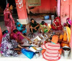 M. P. Chitrakoot, 11 febbraio 2016. Puja di donne al Sankar Temple.