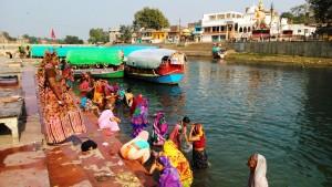 M. Pradesh, Chitrakoot, 12 febbraio 2016. Bagno di donne nel Mandakini River.