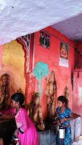 Madhia Pradesh, Chitrakoot, 12 febbraio 2016.Bambine che lavano le sculture del Sankar Temple.