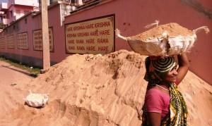 Odissa, Puri, 8 gennaio 2016. Lavori al tempio degli Hari Crishna.