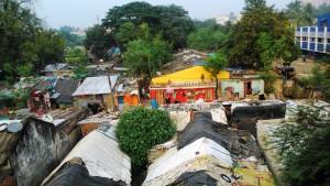 Orissa, Bhubaneswar. La baraccopoli sotto il cavalcavia accanto alla stazione ferroviaria.