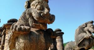 Orissa, Konark. I leoni della porta Est del Sun Temple. Stanno sopra dei giganteschi elefanti.