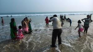Orissa, Konark. Turisti alla Chandrabhaga Beach.