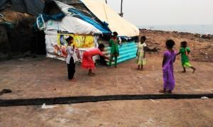 Orissa, Puri, 21 gennaio 2016, Villaggio dei Pescatori. Bambine giocano a campana.