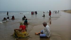 Orissa, Puri, 21 gennaio. Il bagno dei turisti in una giornata senza sole.