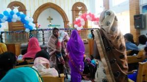 Orissa, Puri, Villaggio dei pescatori.Fila di fedeli che vanno a depositare le offerte alla fine della funzione natalizia.