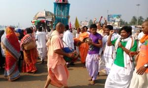 Orissa, Puri. Esibizione di Hare Crishna nei pressi della Stazione ferroviaria.