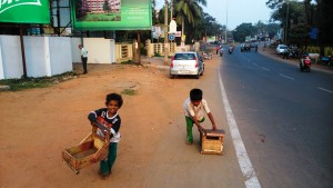 Orissa, Puri. Giochi e giocattoli di bambini che vivono sulla strada.