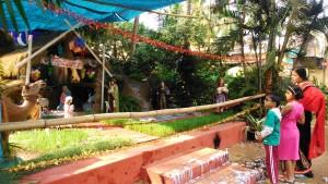 Orissa, Puri. Il presepio allestito all'esterno della Chiesa Cattolica.