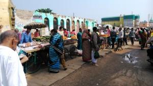 Orissa, Puri. Mercato alimentare accanto al Jagannath Temple.