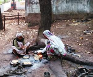 Pellegrine che preparano il chapati.