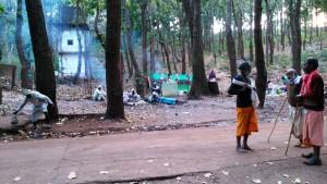 Pellegrini sostano nel bosco dove Narmada giocava quando era bambina.