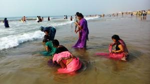 Puri, 17 gennaio 2016. Bagno nel Golfo del Bengala.
